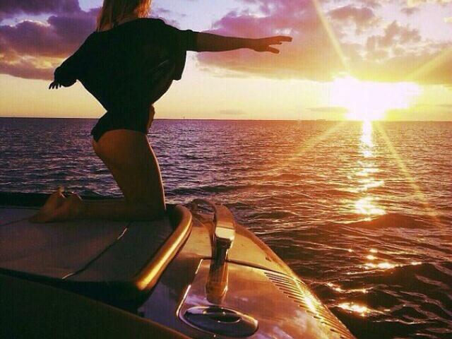 Девушка на яхте закат солнца