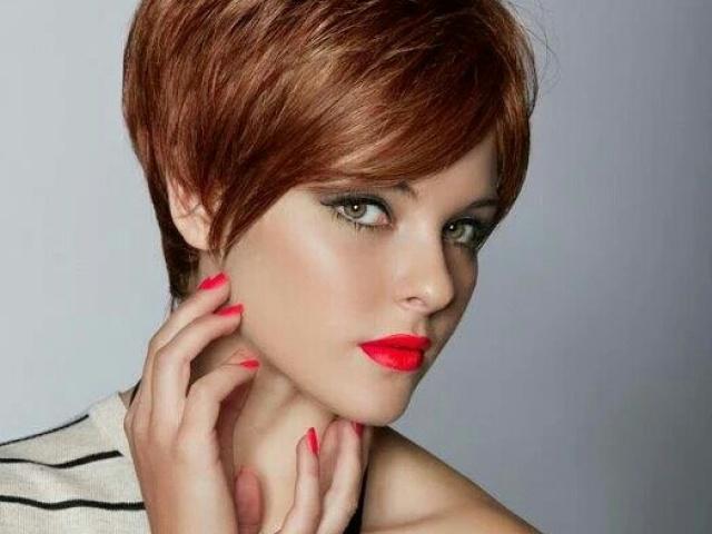 Стрижка пикси не теряет актуальности и популярности более полувека. Эта очаровательная стрижка для коротких волос подчеркивает красоту линий женского лица.
